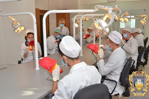 Студенти Тернопільського медуніверситету виривають зуби із фантомних щелеп