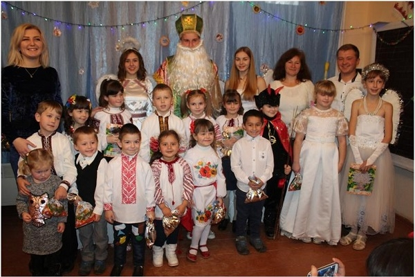 Студенти Заліщицького агроколеджу пішли на Миколая до дітей