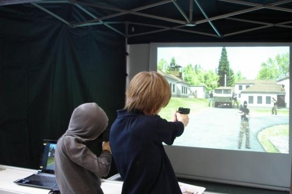 Школярі вчаться влучно стріляти в лазерному тирі