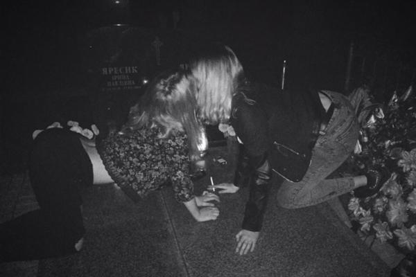 П'яні школярки влаштували оргію на кладовищі (Відео)