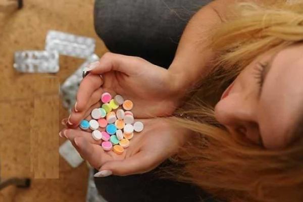 В селі на Тернопільщині п'яна дівчина наковталася таблеток