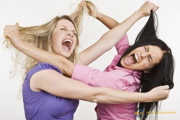 На Тернопільщині дівчата ледь не повбивали одна одну через хлопця