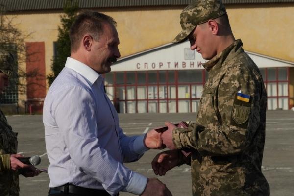 У Тернополі 21-річному військовослужбовцю вручили чотири відзнаки