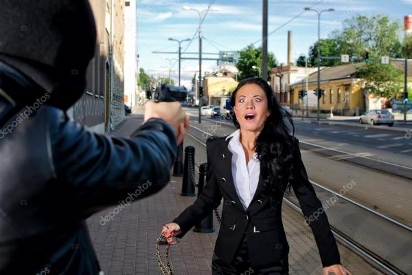 У Тернополі затримали злочинця, який нападав з пістолетом на жінок