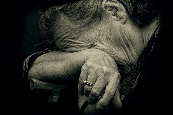 У Тернополі в зачиненій квартирі старенька бабуся благала про допомогу