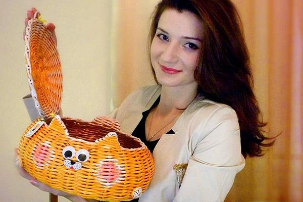 Майстриня з Тернопільщини виготовляє чудо-вироби, а на склі малює неймовірні картини