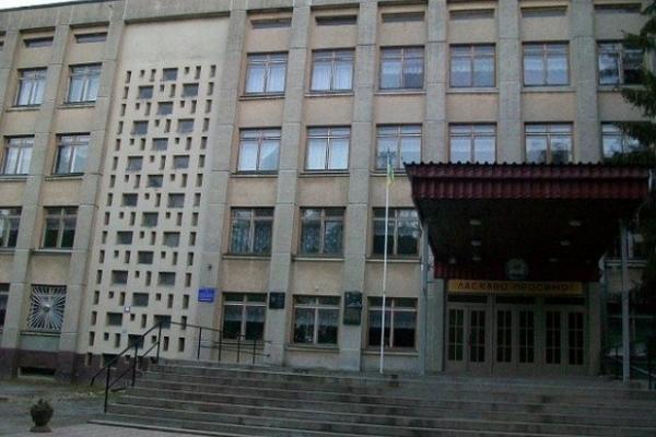 Директор тернопільської школи порушує конституційні права учнів?