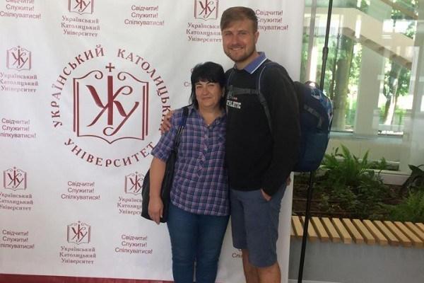 Тернополянин бере маму у подорожі, щоб показати світ, в якому живе