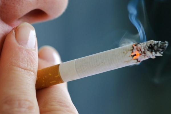 Нарешті: велику кількість людей на вокзалах у Тернополі оштрафували через куріння (Відео)