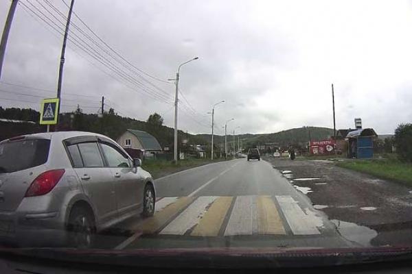 «Якби хтось переходив дорогу – загинув би…» – водії у Кременці шокують нахабністю (Відео)
