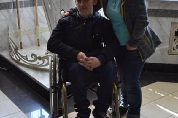 Тернопільські волонтери збирають кошти, аби здійснити мрію юнака з інвалідністю