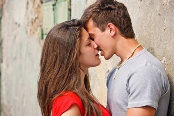 В якій країні світу школярам хочуть заборонити поцілунки й обійми
