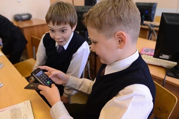 У Німеччині хочуть заборонити телефони у школах