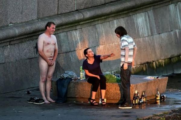 Горілка, злидні і побої: Мережу шокували фото сучасної Росії