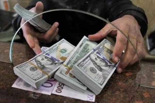 «Саме час бігти за доларом» : експерт назвав найнебезпечніші місяці для гривні