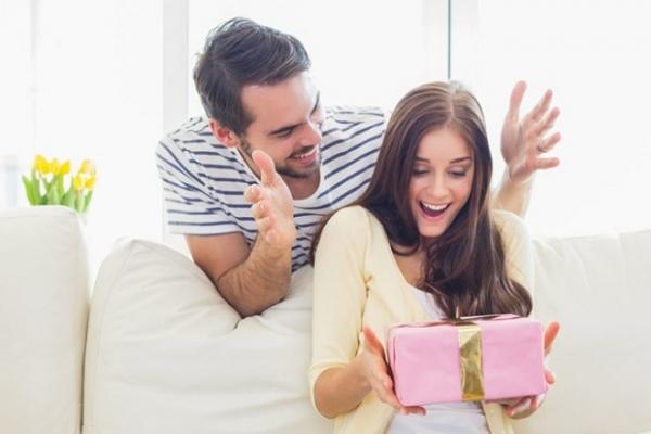 Як правильно вручати та приймати подарунки