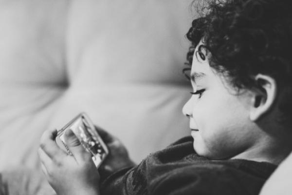 Час, проведений перед екраном смартфона, мало впливає на сон дітей
