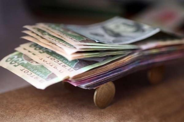 Близько 40% українців живуть від зарплати до зарплати
