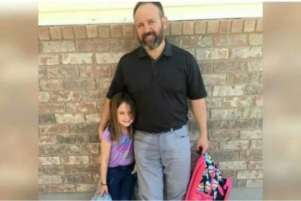 Чоловік приїжджає в школу, щоб забрати доньку – потім вчителька бачить його штани і розуміє, що відбувається