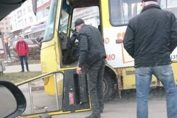 У тернопільської маршрутки відпали двері (Фотофакт)