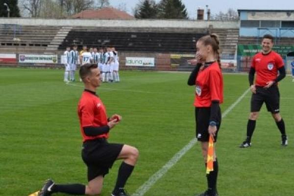 Футбол об'єднує серця: суддя зробив пропозицію судді прямо на футбольному полі