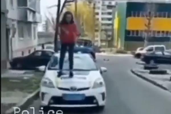 Школярка стрибала по капоту патрульного авто (Відео)