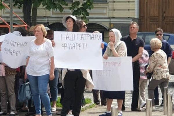 Сотня людей пікетує синод ПЦУ, скандуючи «Філарет – наш патріарх»