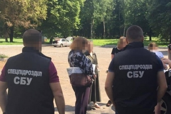 Горе-мати продавала свою неповнолітню доньку у сексуальне рабство за 40 000 грн