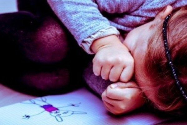 Ніжки зв'язав трусиками, дитина ридала: педофіл згвалтував 5-річну дівчинку