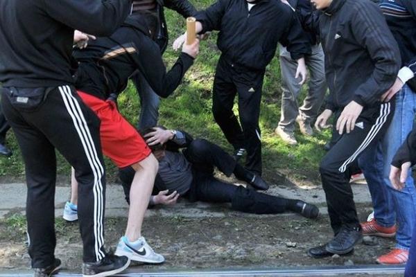 Били ногами по голові: П'яні малолітки побили бездомних (Фото)