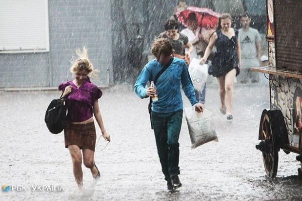 Ні дня без дощу! Які області України на вихідних постраждають від негоди