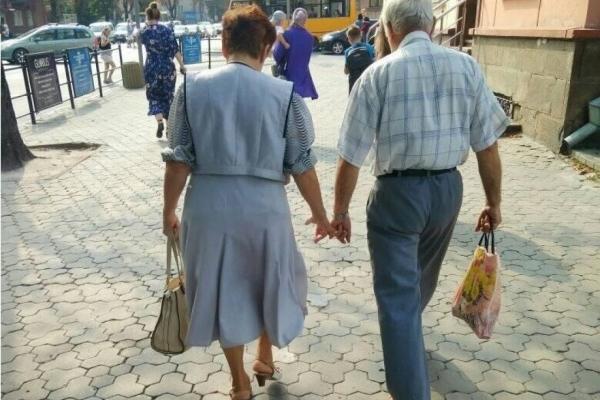 Гідний приклад для наслідування: мережу зачарувала пара пенсіонерів (Фото)