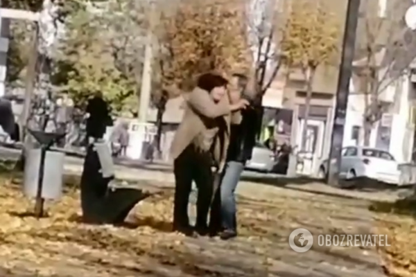 Чоловік прилюдно «покарав» нетверезу жінку (Відео)