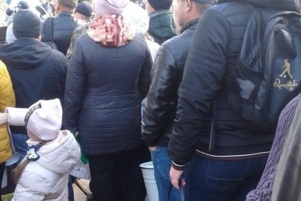 Замість млинців з лопати: Росіяни прийшли по безкоштовну смажену картоплю ... з відрами (Фото)
