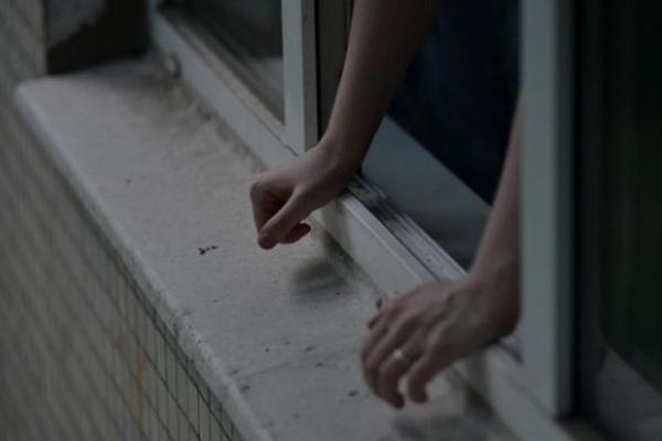 Після сварки з батьками школярка викинулася з вікна