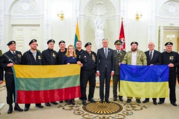 11 українців, які охороняли Верховну раду Литви в 1991 році, нагороджено медалями балтійської країни (Фото)