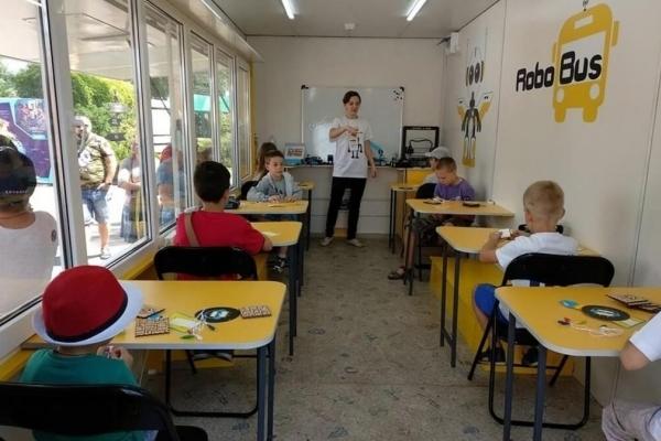 Українці зможуть вивчати робототехніку у школі на колесах