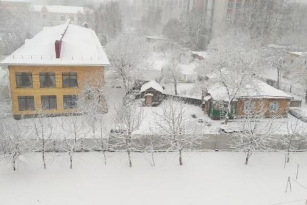 Весна прийшла: Чернігів завалило рясним снігом (Фото)