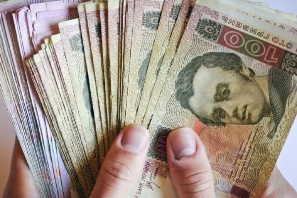 У Мінсоцполітики повідомили, хто ще окрім пенсіонерів отримає по 1000 гривень
