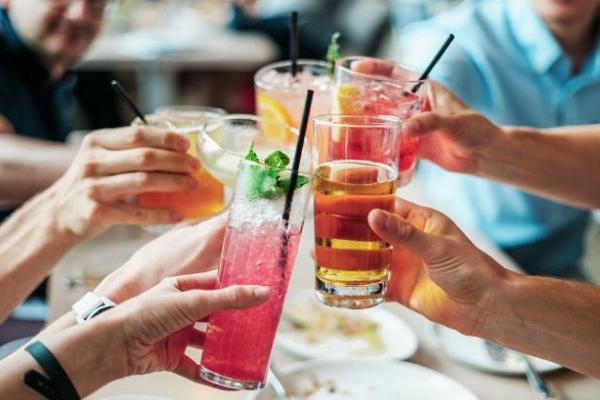 Алкоголь у спеку: медики розповіли, чому влітку це небезпечно