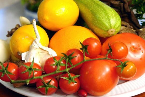 Неправильно їмо: українцям розповіли, які фрукти і овочі не треба чистити