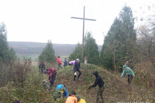На Тернопільщині школярі прибрали могили воїнів УПА