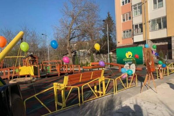 Відтепер у Тернополі ще один інклюзивний дитмайданчик (Фото)
