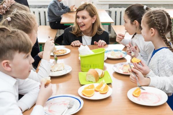 Перша леді Олена Зеленська обіцяє школярам нормальне харчування